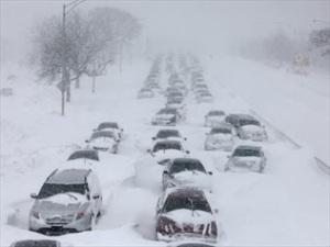 755275-major-snow-blizzard-halts-us-travel